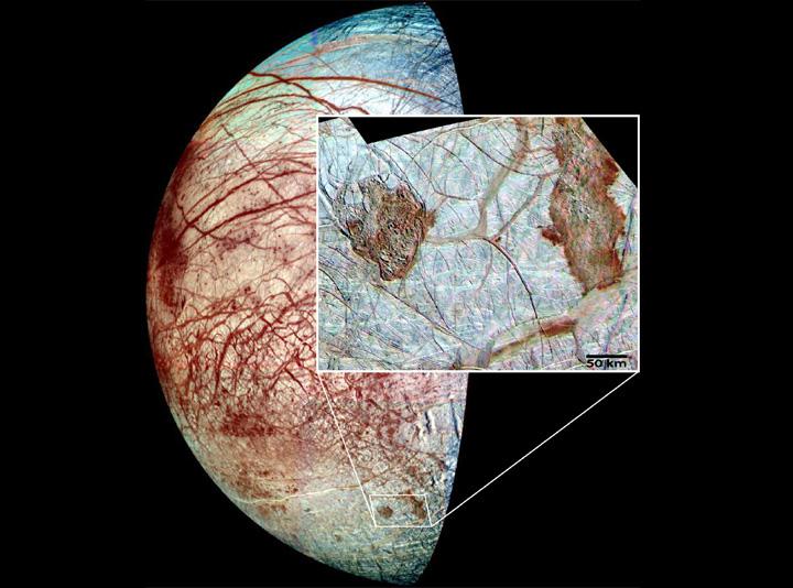 I domi di Europa ripresi dalla Galileo nella regione Thera e Thrace