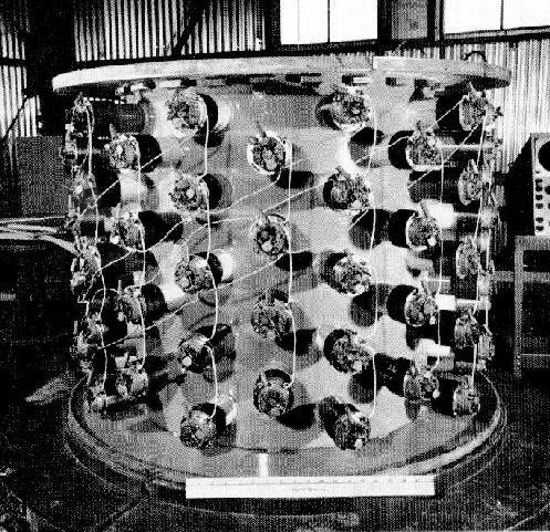 La vasca d'acqua e tubi fotomoltiplicatori utilizzata da Reines e Cowan nell'esperimento di rilevazione del neutrino