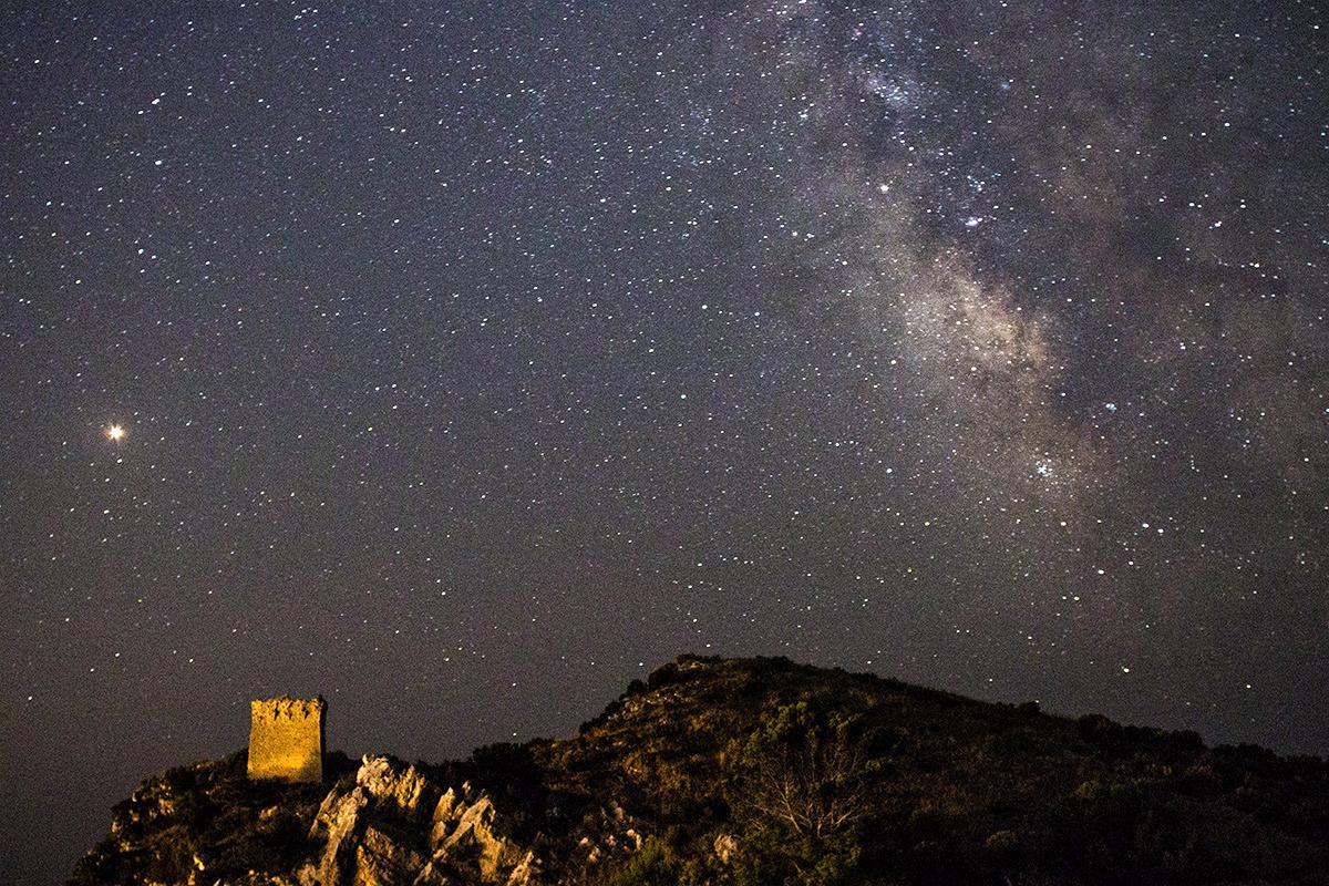 L'opposizione di Marte sulla torre di Montalto e la Via Lattea nel cielo della Baia di Ieranto