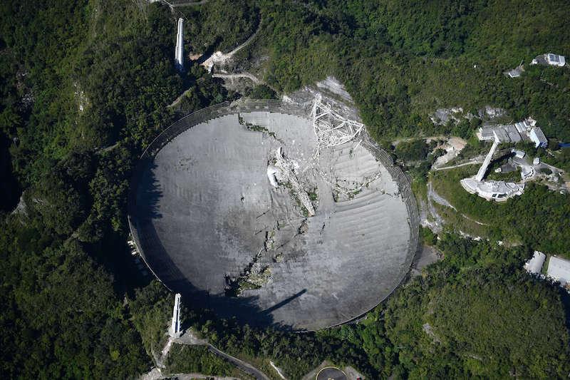Il paraboloide del radiotelescopio di Arecibo, definitivamente collassato