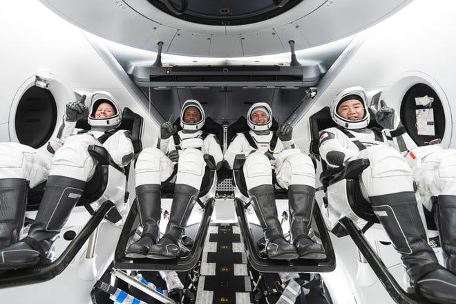 L'equipaggio della SpaceX Crew-1 ai posti prima del lancio