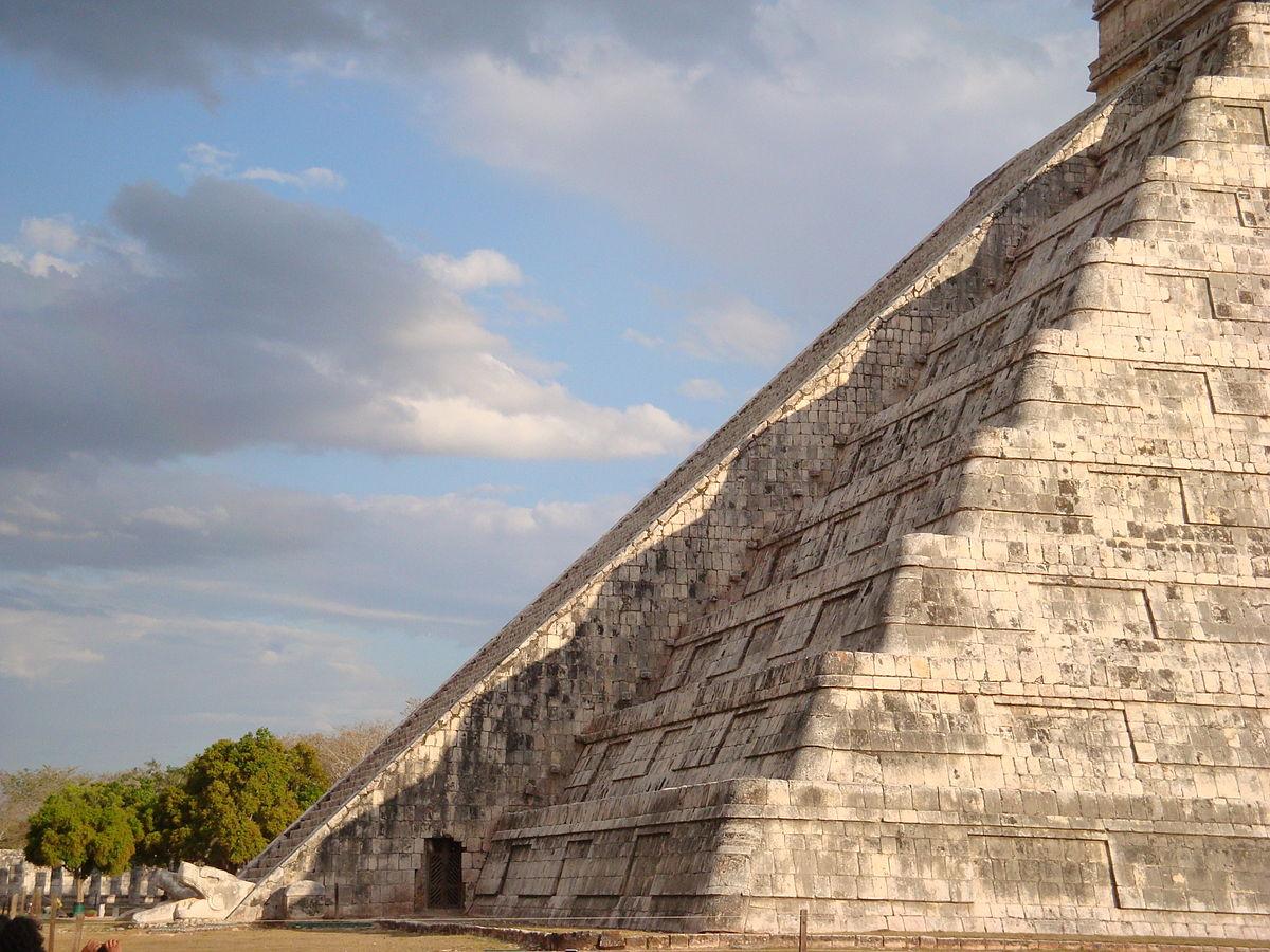 La piramide di Kukulcàn a Chichén Itzà e l'effetto dell'ombra su un lato di una scalinata